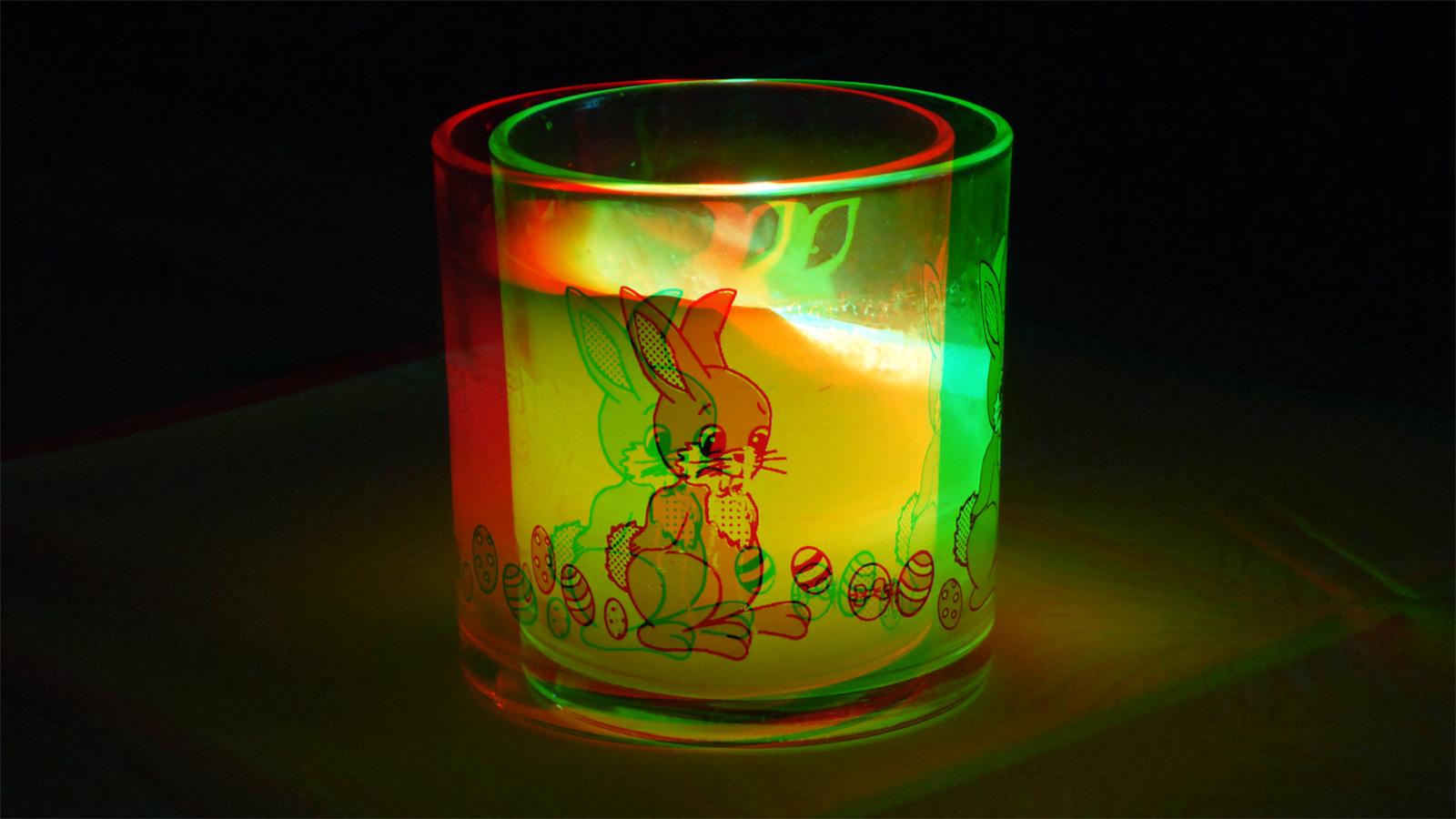 Kerze in einem Scheinfenster